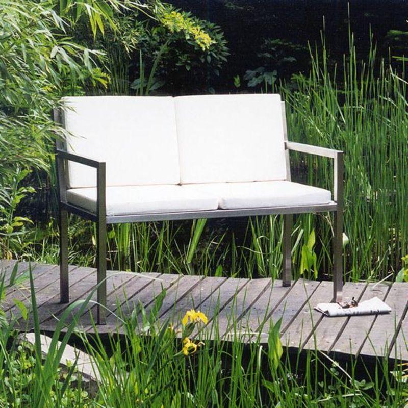 Sitzbank aus Edelstahl im Garten.