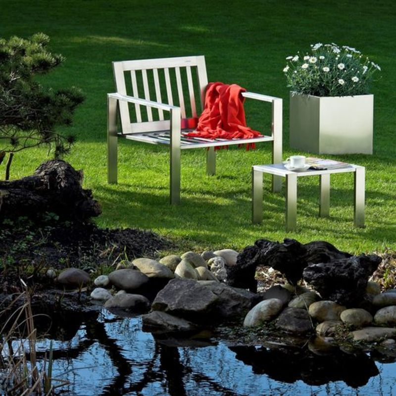 Exklusive Loungemöbel aus Edelstahl bleiben auch im Winter draußen stehen