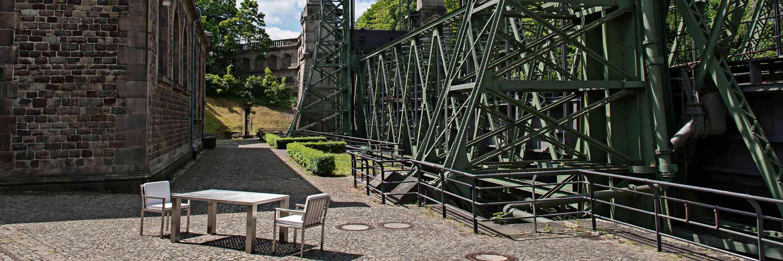 Rostfreie Gartenmöbel aus Edelstahl: Edelstahl-Gartentisch mit Stühlen.