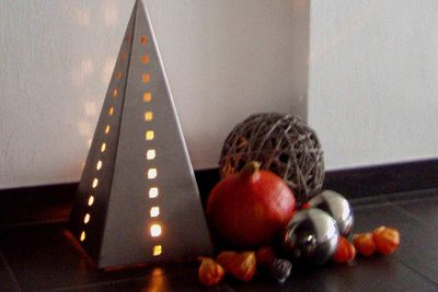 Pyramide aus Edelstahl von Lizzy Heinen