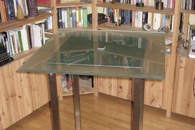 Edelstahlstehtisch mit Glasplatte von Lizzy Heinen