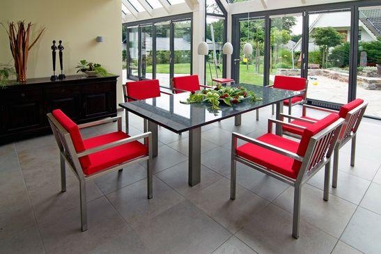 Tisch und Stuehle aus Edelstahl.