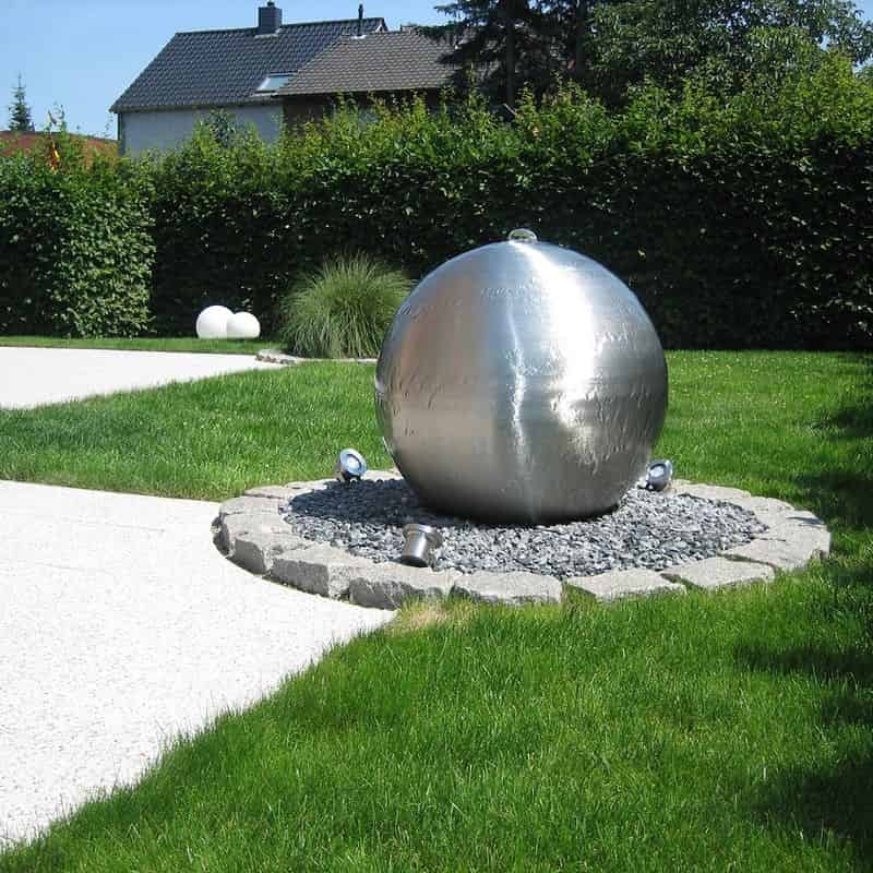 Gartendekoration: Brunnen aus Edelstahl.