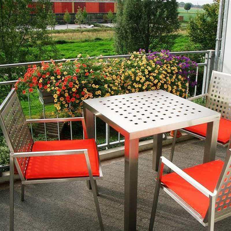 Sitzmoebel und Esstisch aus Edelstahl.