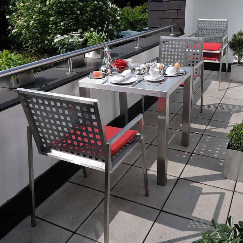 Edelstahl Esstisch mit Stuhl.