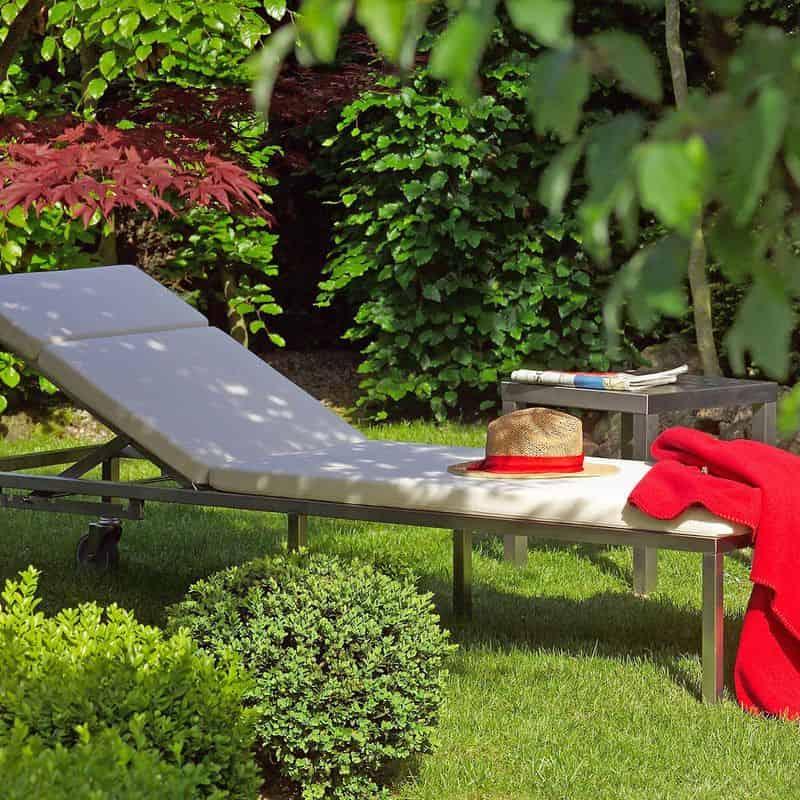 Gartenliege aus Edelstahl.