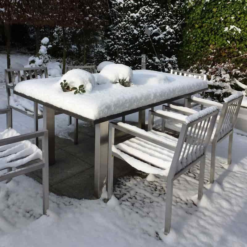Granittisch für den Garten aus Edelstahl von Lizzy Heinen.