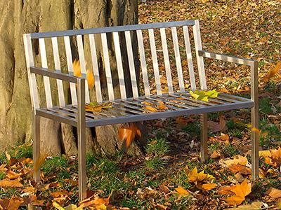 Sitzbank aus Edelstahl im Garten